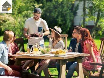 Mit Freunden im eigenen Garten feiern