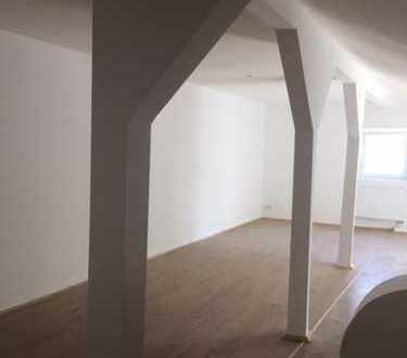 Grosse Zwei-Zimmer Wohnung mit offener Küche sofort frei!!