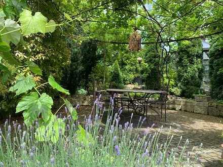 Bungalow mit parkähnlich angelegtem Garten und Wohnung im Untergeschoss
