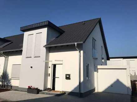 Schöne Doppelhaushälfte in bevorzugtem Neubaugebiet am Ortsrand/ Wald gelegen