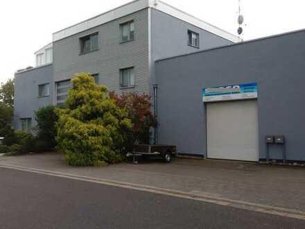 Rodgau: Erweiterbare Liegenschaft mit Halle, Büros + Exkl. Maisonette-Wohnung