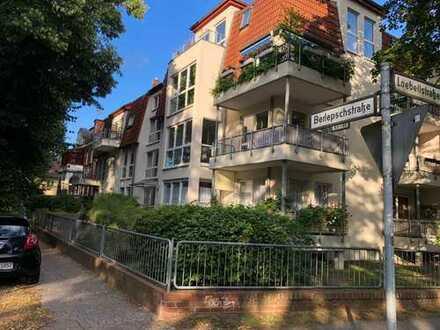 Attraktive 2-Zimmer-Hochparterre-Wohnung mit Einbauküche und Balkon in Zehlendorf, Berlin