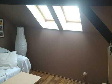 Schöne 25 m² DG Wohnung, 1 Zimmer, Einbauküche Diele Bad - Laminat, Etagenheizung, Ruhige Lage