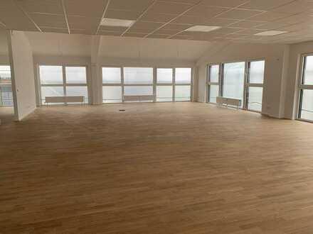 Lichtdurchfluteter Saal (Büro/ Fitnessraum/ Tanzsaal/Besprechungsraum/ Versammlungen) zu vermieten!