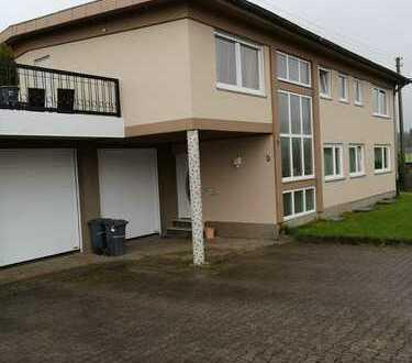 Günstige, vollständig renovierte 5-Zimmer-Wohnung mit Balkon und Einbauküche in Mörschied