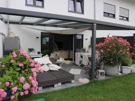 Neubau, schickes Reihenmittelhaus mit Einbauküche, Terrasse, Garten m. Gartenhäuschen
