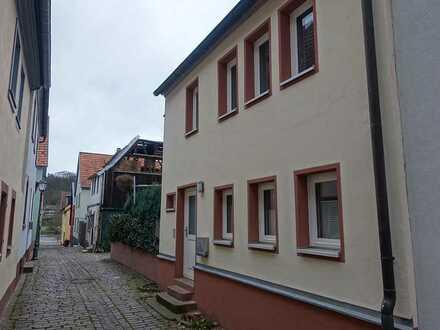 Vollständig renovierte 2,5-Raum-Wohnung mit Terasse und Einbauküche in Marktheidenfeld