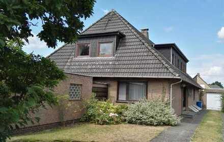 Sehr großzügiges Zweifamilienhaus mit Vollkeller, Garagen und weitläufigem Grundstück