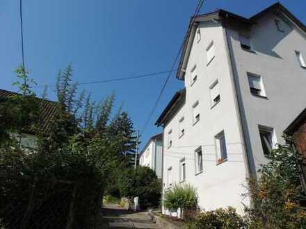 Uhlbach: Gut renoviertes MFH mit verwunschenem Garten