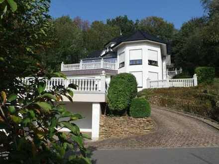 herrlicher Fernblick! Hochwertige, helle Villa mit Einliegerwohnung und Wintergarten der Extraklasse