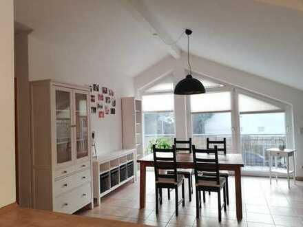 Moderne und helle 3-Zimmer DG-Wohnung mit Balkon und Garage, auch WG-geeignet