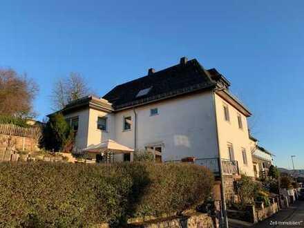 Gepflegtes 1-2-Familienhaus mit tollem Rheinblick!