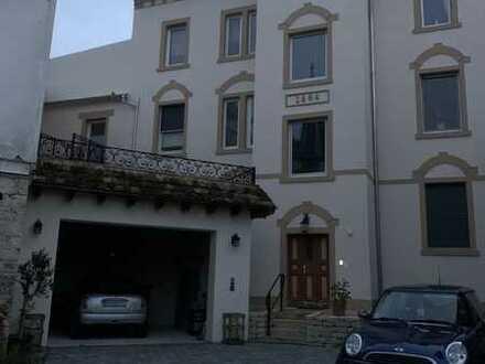 Sanierte Wohnung mit vier Zimmern sowie Balkon und EBK in Nierstein
