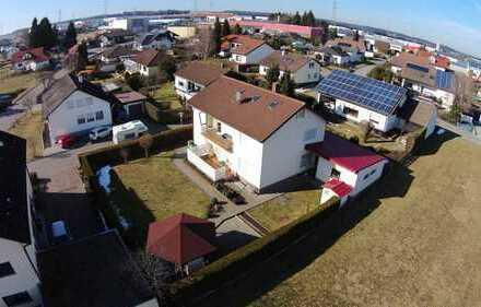 Gepflegtes Zweifamilienhaus mit großer Garage und Garten in ruhiger Lage von Aldingen