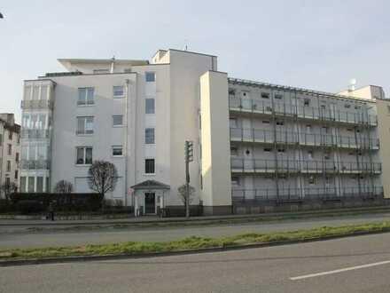 Helle und gut geschnittene seniorengerechte 2,5-Raum-Wohnung mit Aufzug, Wintergarten und Tiefgarage