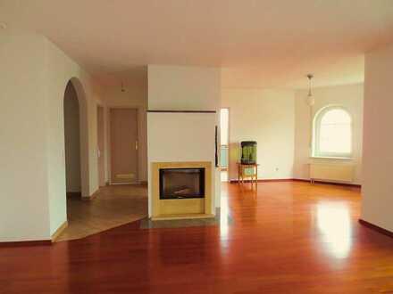 Gepflegte DG-Wohnung mit fünf Zimmern sowie Balkon und Einbauküche in Erbach