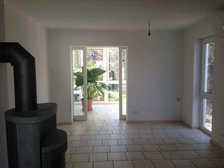 Moderne, neu sanierte 2.5 Zimmerwohnung (57m²) befindet sich in Hochparterre eines 2 Familienhauses