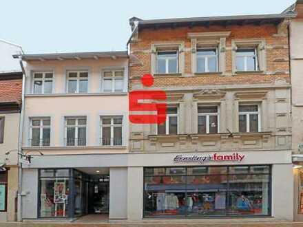 Modernes großes Ladengeschäft in der Fußgängerzone