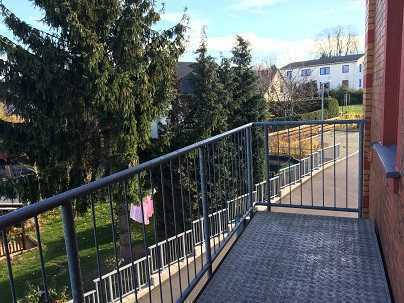 schnell im Erzgebirge und der Stadt - Balkon, Laminat Bad mit Fenster