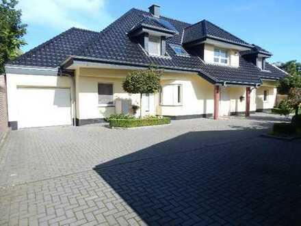 Anwesen mit sep. zweiter Wohneinheit, großem Grundstück, zwei Garagen und Außenpool in Epe