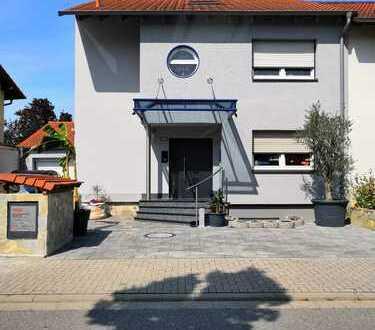 Exklusive Doppelhaushälfte mit Wintergarten und Außenpool