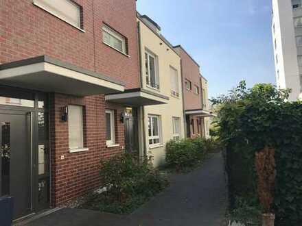 Benrath: Townhouse über 3 Ebenen mit Terrasse und Balkon in Rheinnähe