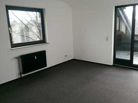 Gepflegte Dachgeschosswohnung mit zwei Zimmern sowie Balkon und EBK in Oldenburg (Oldenburg)