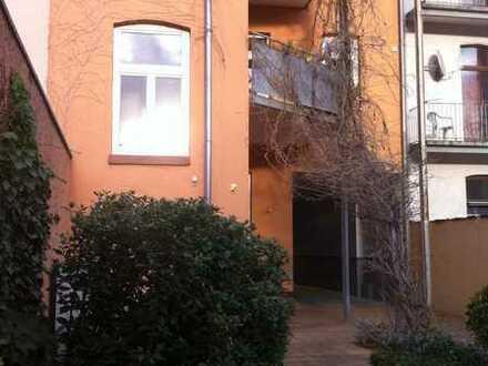 Sehr schöne, großzügig geschnittene 2-Zimmer Dachgeschosswohnung mit Blick ins Grüne