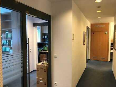 Möblierte moderne Büroetage mit 5 Büros / Glastüren / Küche / WC