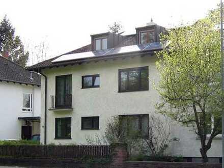 + Helle, geräumige 1-Zimmer-DG-Wohnung mit Einbauküche in durchgrünter Lage+