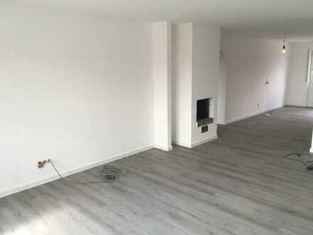 Erstbezug nach Sanierung: Exklusive 4-Zimmer-Wohnung mit Balkon, beliebtes Wohngebiet - zentral
