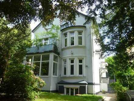Wohnen am Goßlers Park - Traumhafte 4,5 Zimmerwohnung mit großem Garten u. separater Au Pair Wohnung