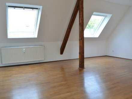 Helle Dachgeschoss-Wohnung mit Westbalkon im Jahrhundertwende-Altbau