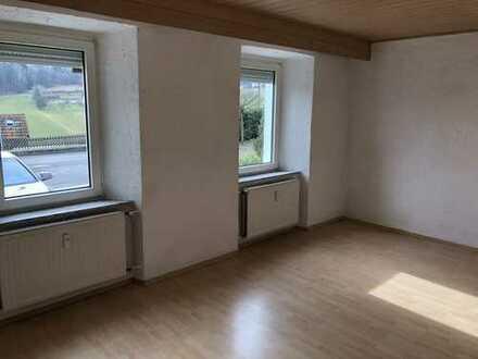 Günstige, neuwertige 5-Zimmer-EG-Wohnung mit EBK in Gehülz / Kronach