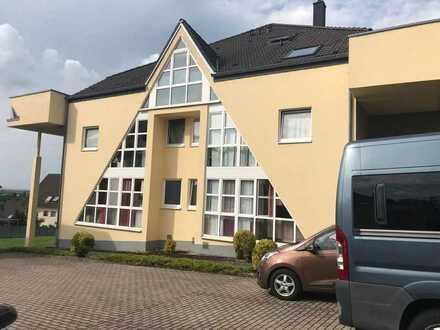 Gut angebundene, sonnige und teilmöblierte 2-Zimmer-DG-Wohnung mit Pantryküche in Langerwehe
