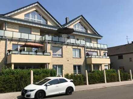 neuwertige 3-Zimmer-EG-Wohnung mit Balkon, Aufzug, Fußbodenheizung, Dusche und Wanne, Carport