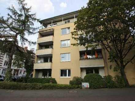 Gepflegte EG-Wohnung mit 3 Zimmern neuwertiger EBK und Loggia