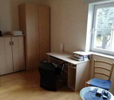 Zimmer möbliert ohne Küche