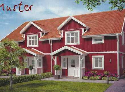 Haushälfte eines Schwedischen Hauses eines Dreiseiten Ensembles mit parkähnlicher Fläche.