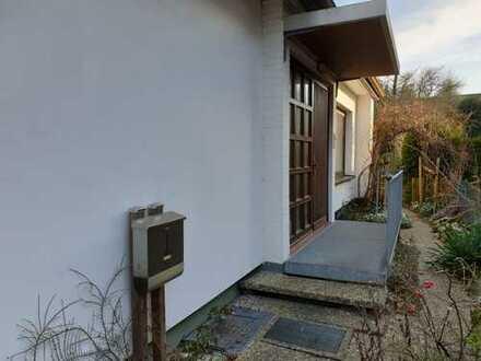 Renovierte 3,5-Zi-EG-WG m. 2 Terrassen, EBK im Zweifamilienhaus