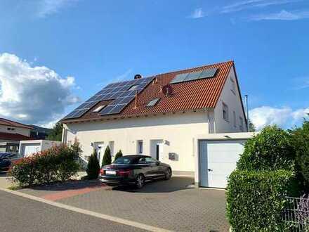 Neuwertige Doppelhaushälfte mit Garage in gesuchter und ruhiger Wohnlage mit Fernsicht
