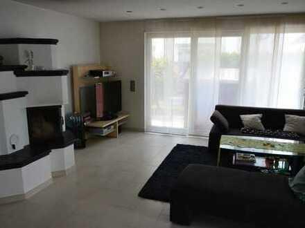 Exklusive vier Zimmer EG Wohnung mit Garten, Garage und Carport im Zweifamilienhaus