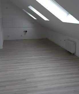 Helle, freundliche vollständig renovierte 2-Zimmer-DG-Wohnung mit Balkon in Köln-Grengel