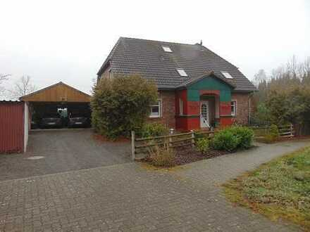 Traumhaftes gemütliches Haus im Landhausstil mit formschönem Krüppelwalmdach und liebevollen Details