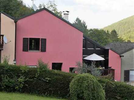 Naturnah Wohnen in schickem RMH mit großzügigem Garten und toller Aussicht, Bad Wildbad