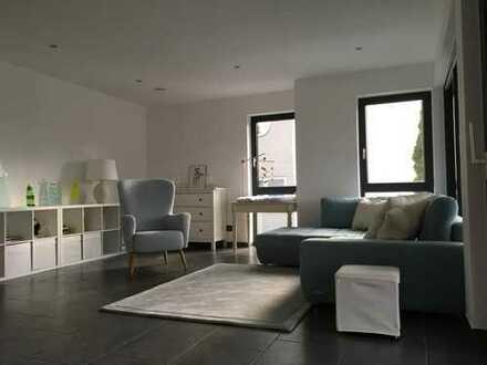 Neuwertige 2-Raum-Wohnung mit Balkon und Einbauküche in Kämpfelbach