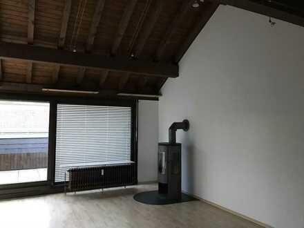 Vollständig renovierte DG-Wohnung mit drei Zimmern sowie Balkon und EBK in Kelkheim (Taunus)