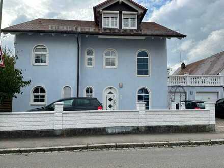 Neuwertige Terrassenwohnung mit zweieinhalb Zimmern sowie Balkon und EBK in Memmingen
