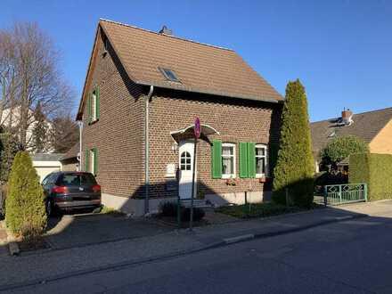 Preiswertes, großes und gepflegtes Haus mit sechs Zimmern und EBK in Leverkusen