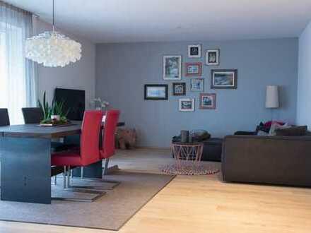 Stilvolle, neuwertige 3-Zimmer-Wohnung mit Balkon und EBK in Neusäß